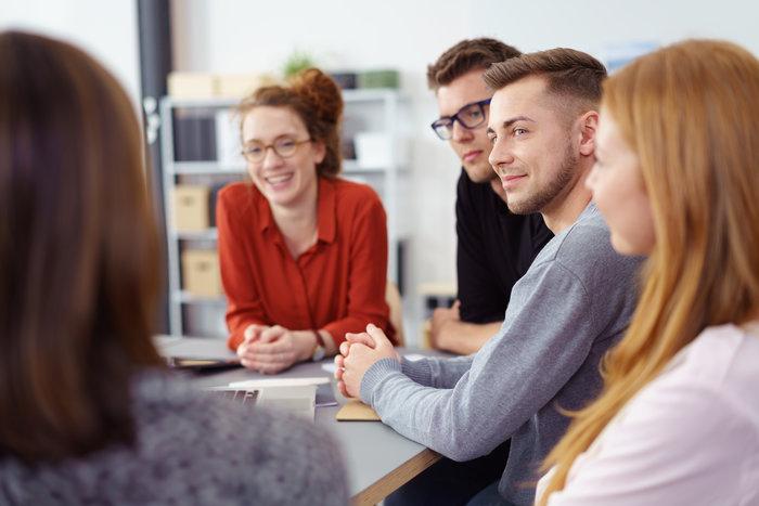 junges motiviertes team in einer besprechung