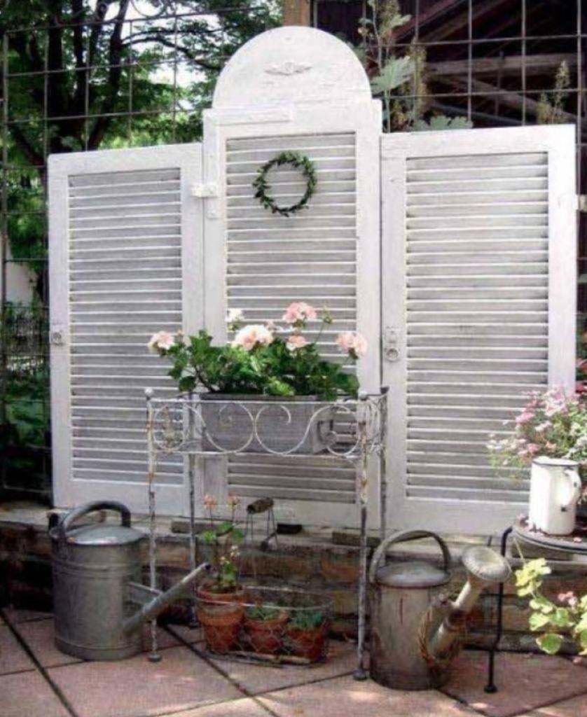 hageskjerm for å skjule en varmepumpe
